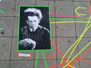 Fotos Sergej Eisenstein auf Pflaster mit neonfarbenen Linien umgeben
